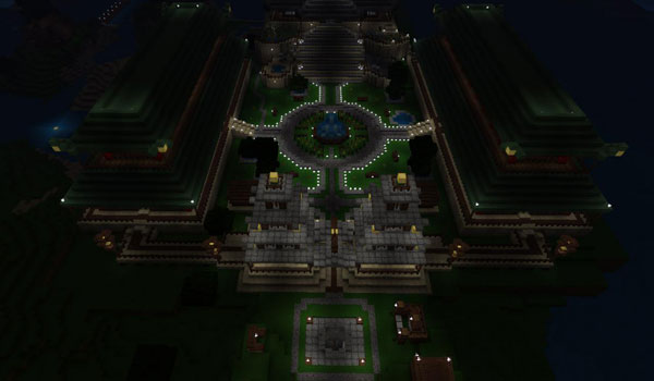 imagen nocturna superior del mapa Empire of the Dragon Mountain, donde apreciamos la fortaleza con las luces iluminando.