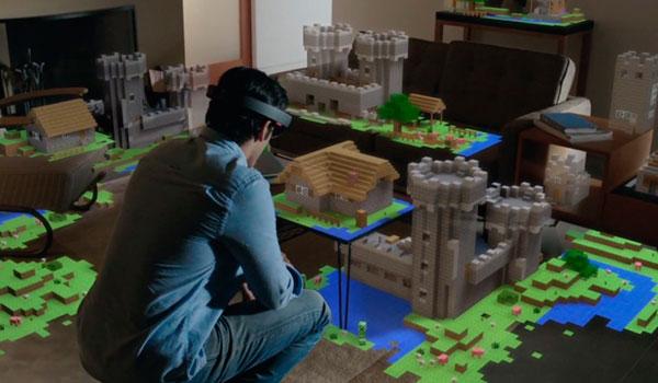 Un jugador recreando un mundo de Minecraft en el comedor de su casa, gracias a la versión de Minecraft creada para las gafas Hololens.