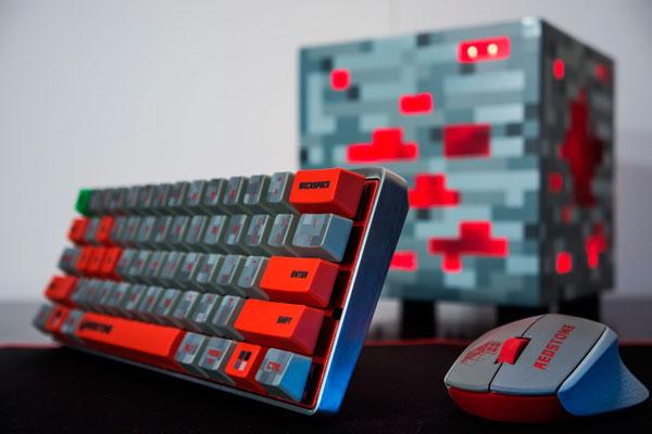 imagen del conjunto de componentes que forman el PC personalizado temático de Minecraft.