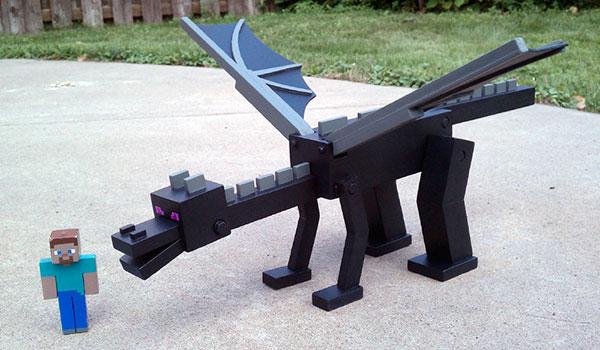 Un hombre construye un Ender Dragon de madera y articulado para el aniversario de su hijo.