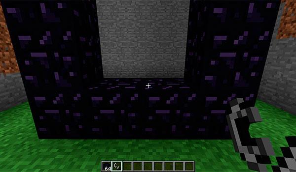 imagen donde vemos un jugador delante de un portal, con un mechero en la mano, para encender un portal en Minecraft.