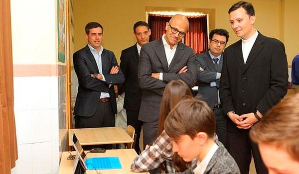 El máximo responsable de Microsoft visita un colegio de Madrid para ver el uso de Minecraft en las aulas.