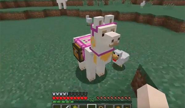 Imagen donde podemos ver una Llama, con una montura de color rosa y cofres para transportar objetos.