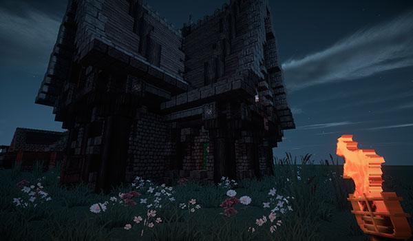 Imagen de ejemplo donde vemos un jugador sosteniendo una antorcha frente a una casa, con todos los elementos del HUD eliminados, gracias al mod RemoveHUDbutNotHand 1.12, 1.12.1 y 1.12.2.
