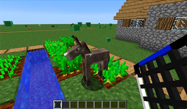 Imagen donde vemos a un jugador a punto de capturar un animal con una de las redes que ofrece el mod AnimalNet 1.15.2.