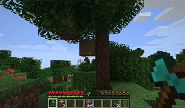 Imagen donde vemos un jugador a punto de talar un árbol gracias al mod Falling Tree 1.16.1.