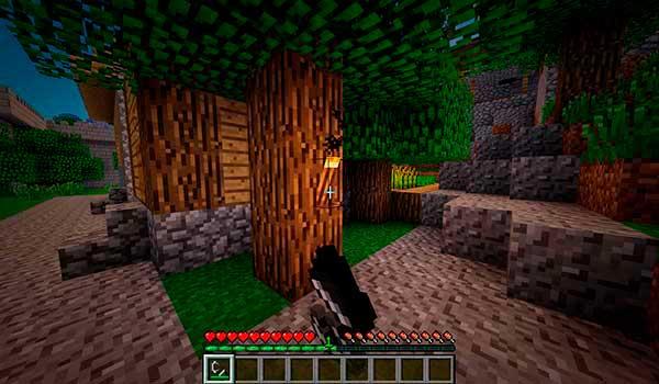 Imagen donde podemos ver un jugador encendiendo una antorcha apagada por el mod Realistic Torches 1.16.4.