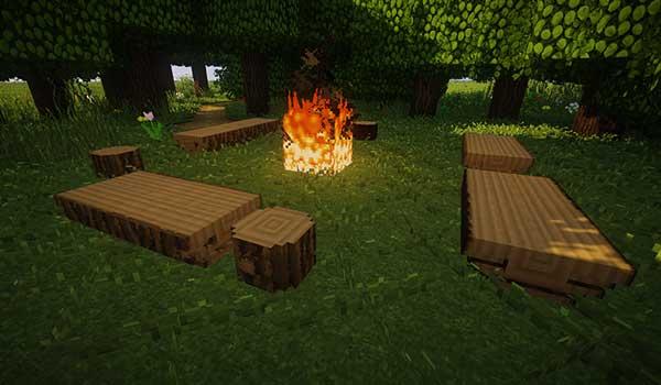 Imagen donde podemos ver bancos de madera en una zona de acampada, todo ello generado por el mod Iron Age Furniture 1.16.3 y 1.16.4.