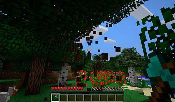 Imagen donde vemos un jugador talando un árbol con el mod Reap 1.17.1 instalado.